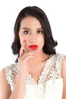 赤い口紅で美しい女性の唇のビューを閉じます。