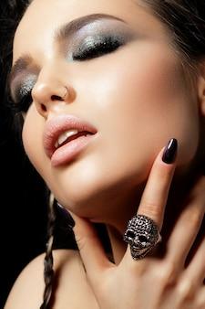 그녀의 얼굴을 만지고 아름 다운 여자의보기를 닫습니다. 완벽한 피부와 저녁 메이크업. 관능, 열정 또는 트렌디 한 청소년 메이크업 개념. 공간 복사