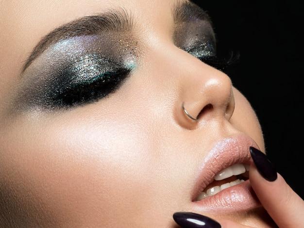 그녀의 입술을 만지고 완벽한 피부를 가진 아름다운 여자의 뷰를 닫습니다
