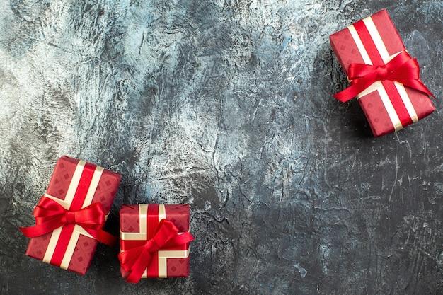 어두운 탁자에 있는 사랑하는 사람들을 위해 아름답게 포장된 선물 상자의 클로즈업 보기