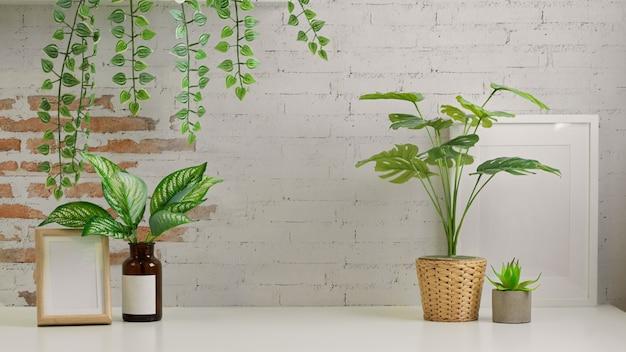 観葉植物、フレーム、コピースペースを備えたbiophiliaワークスペースのインテリアデザインのクローズアップビュー