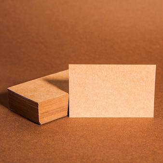 Крупным планом вид картонных визитных карточек