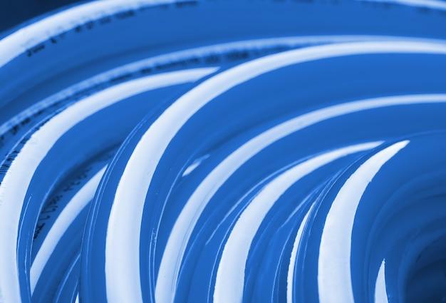 Крупным планом вид голубой трубы для питьевой воды