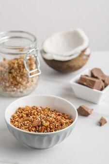 ココナッツとチョコレートのグラノーラとボウルのクローズアップビュー。