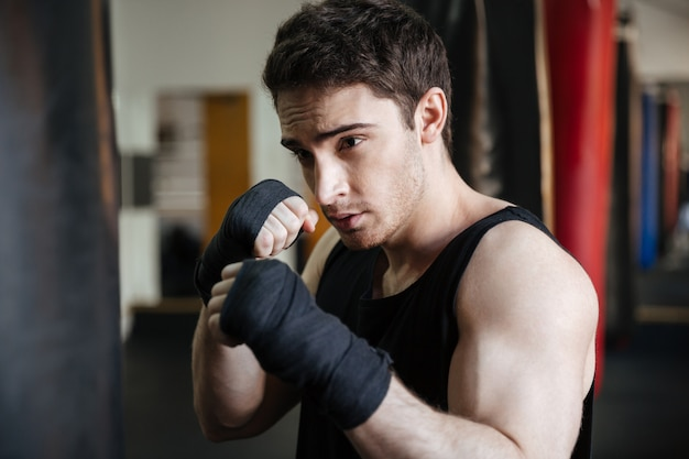 パンチバッグとボクサーのトレーニングのクローズアップ表示