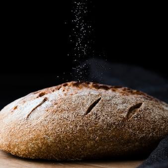 Крупным планом вид хлеба и черной ткани