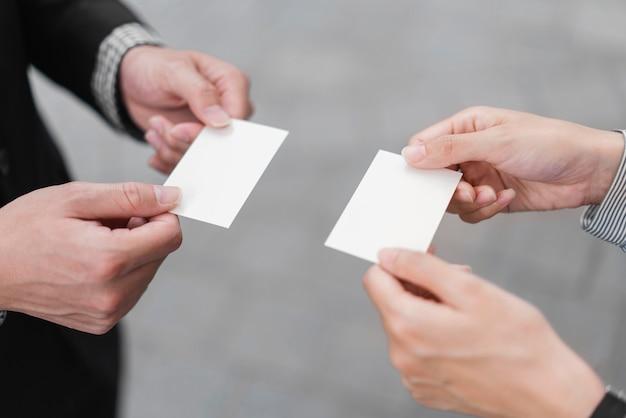 Крупным планом вид обмена визитными карточками