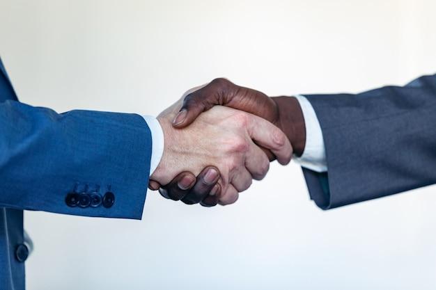 비즈니스 파트너 핸드셰이킹 프로세스의 클로즈업 보기입니다. 훌륭한 회의 후 성공적인 거래 개념입니다.