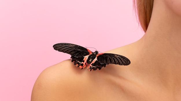 Крупным планом вид бабочки на плече