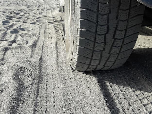모래 극한 모험에 자동차 타이어의 보기를 닫습니다