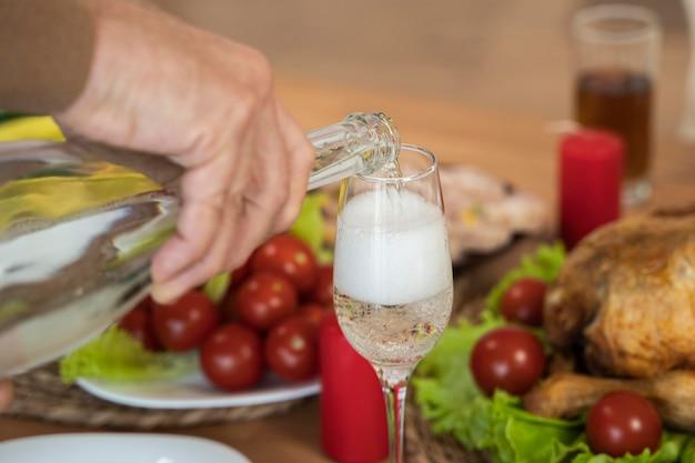 シャンパンとガラスの拡大図
