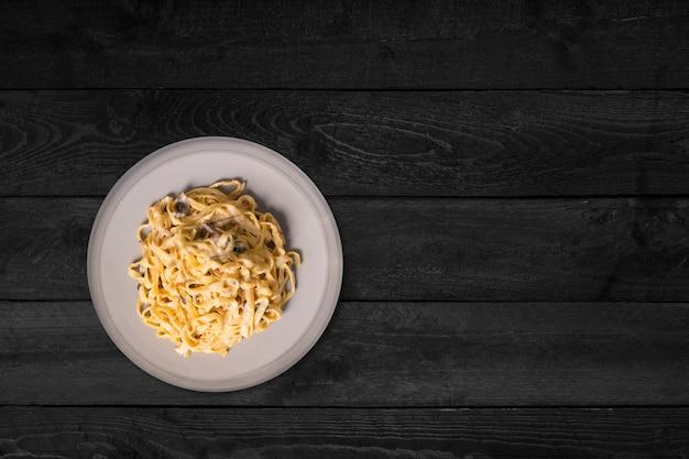 Крупным планом вид кусочков куриных жареных яиц, изолированных на черном деревянном столе.
