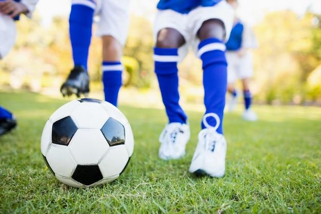 Крупным планом вид детей, играющих в футбол