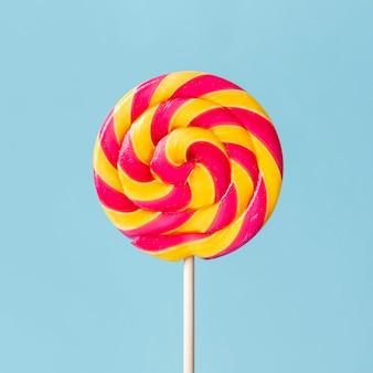 Крупным планом красочный вкусный леденец на палочке