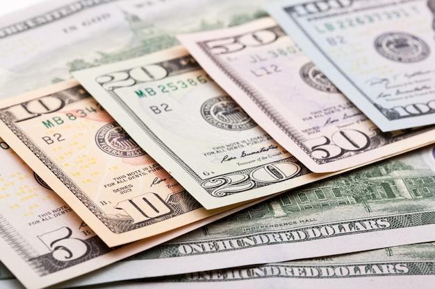 カラフルなドル紙幣のクローズアップビュー。