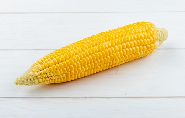 Крупным планом вареной кукурузы на деревянной поверхности