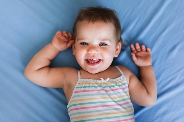 かわいい笑顔の赤ちゃんコンセプトのクローズアップビュー