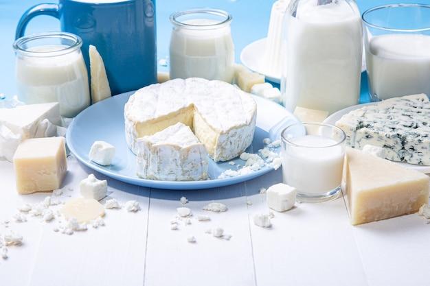 Крупным планом вид молочных продуктов на деревянном фоне с копией пространства.