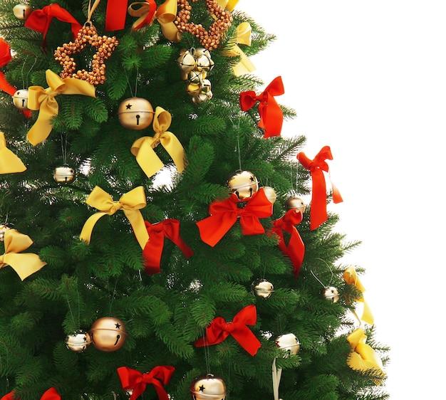 Крупным планом вид украшенной елки, изолированной на белом