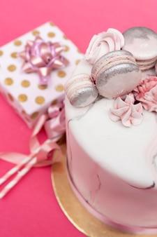 美味しいバースデーケーキのクローズアップ