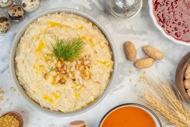 얼음 배경에 귀리 잼 꿀 계란 스파이크가 있는 맛있는 아침 식사의 클로즈업