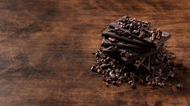 木製のテーブルの上のおいしいチョコレートのクローズアップビュー