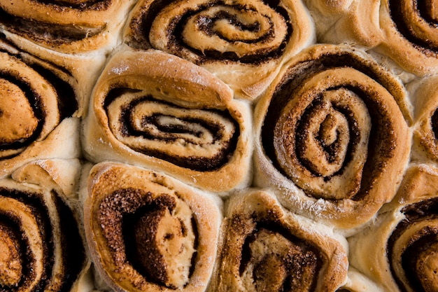 Крупным планом вид вкусных булочек с корицей