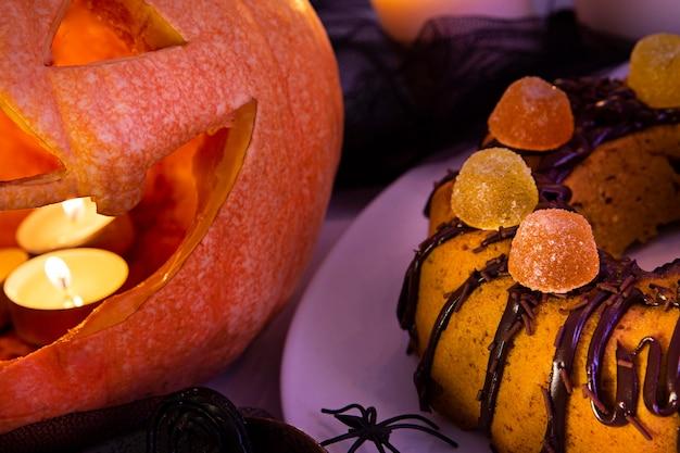 Крупным планом вид вкусного торта на хэллоуин
