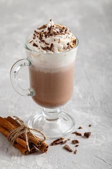 Крупным планом вид вкусного горячего шоколада
