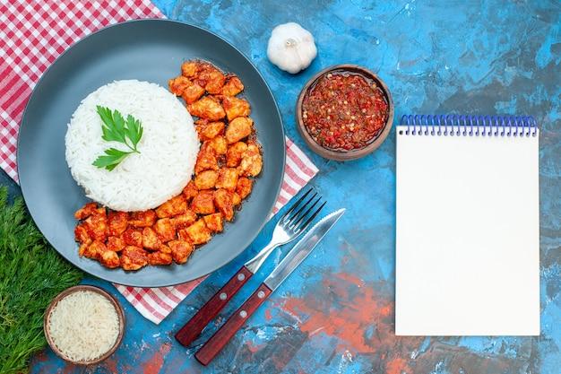 Крупным планом вид вкусной рисовой муки на тарелке