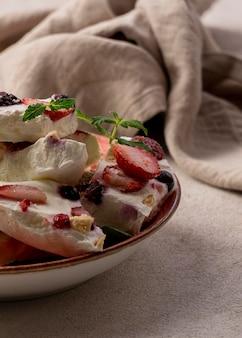 Крупным планом вид вкусного замороженного фруктового йогурта