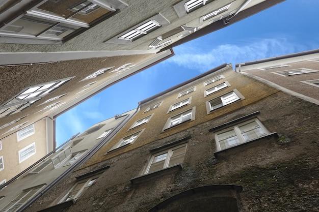 狭い通りにある典型的な西ヨーロッパの都市の密集した立っている建物のボトムアップビューのクローズアップビュー