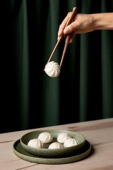 木製のテーブルに餃子のクローズアップビュー