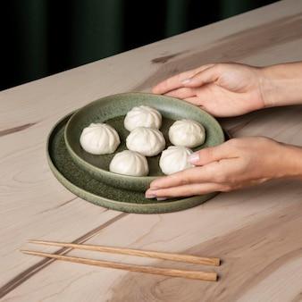 Крупным планом вид пельменей на деревянном столе
