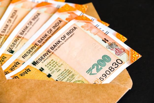 真新しいインドの200ルピー紙幣で封筒のクローズアップビュー。