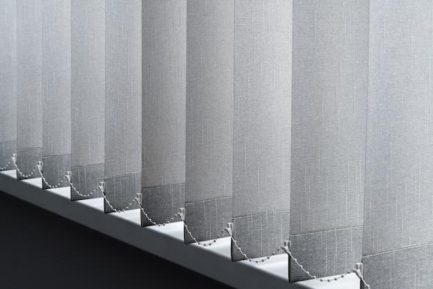 Крупным планом вид тканевого занавеса из плотной ткани в офисе корпуса.