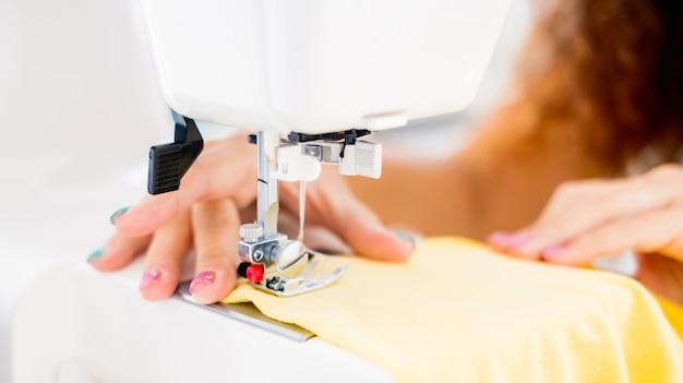 ミシンで働く女性の手のクローズアップ