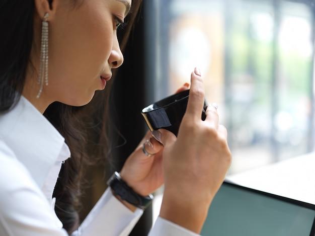 Крупным планом вид женщины делают перерыв с чашкой кофе во время работы в кафетерии