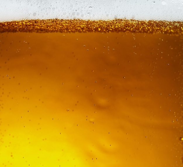 Крупным планом вид плавающих пузырей в текстуре светлого пива