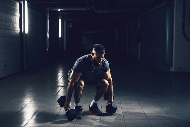 Крупным планом зрения сосредоточены трудолюбивый активный фитнес сильный мускулистый бородатый человек культурист