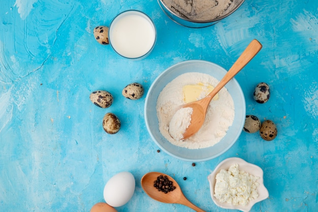 Взгляд конца-вверх еды как яичко творога муки с молоком на голубой предпосылке с космосом экземпляра