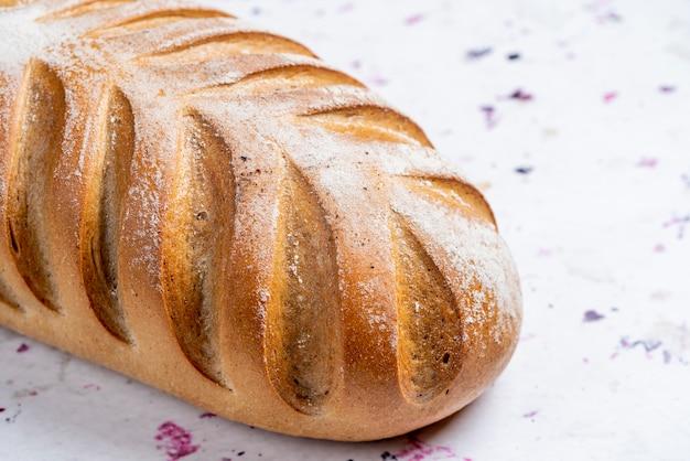 大理石の焼きたてのパンのクローズアップ表示