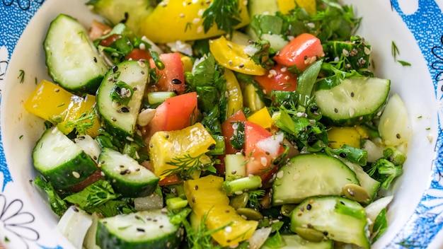 白い皿、野菜の新鮮なカラフルな野菜サラダのクローズアップビュー