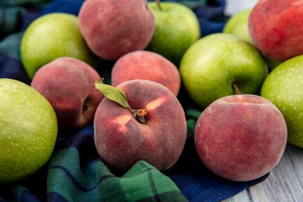 チェックのテーブルクロスに新鮮なジューシーなおいしい果物のクローズアップ表示
