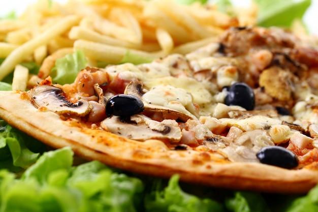 Крупным планом вид свежей пиццы с картофелем фри