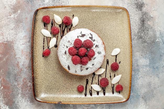 혼합 색상 테이블에 흰색 트레이에 아기를위한 신선한 나무 딸기의보기를 닫습니다
