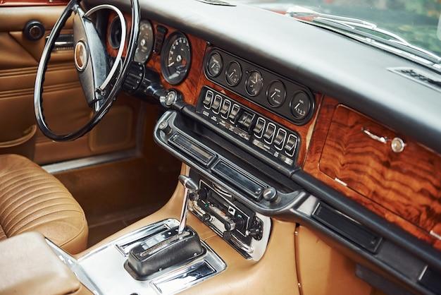 豪華な古いレトロな自動車の前部の拡大図。