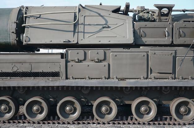 Крупным планом вид зеленого бронированного гусеничного транспорта. современные технологии военно-транспортных средств