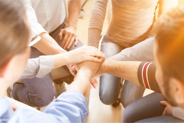 손을 쌓는 사람들의 그룹의 클로즈업 보기