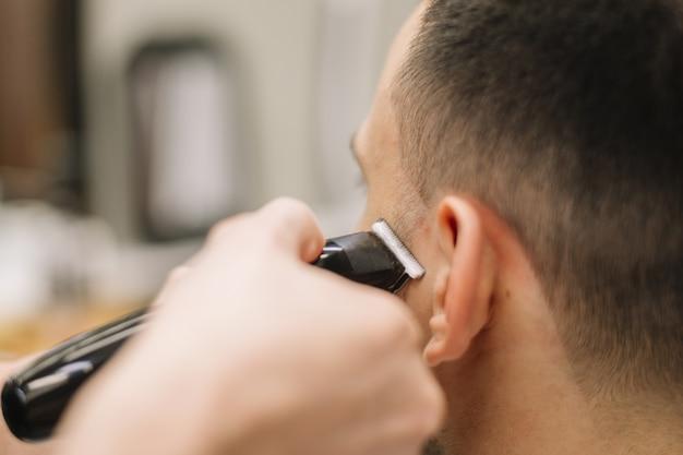 散髪を与えるhairstilystのクローズアップビュー